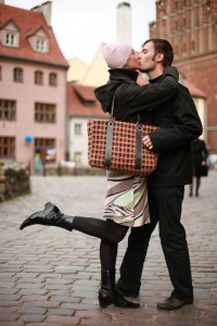 couple kissing4 200x300 Dating Advice for Women: How to be Confident
